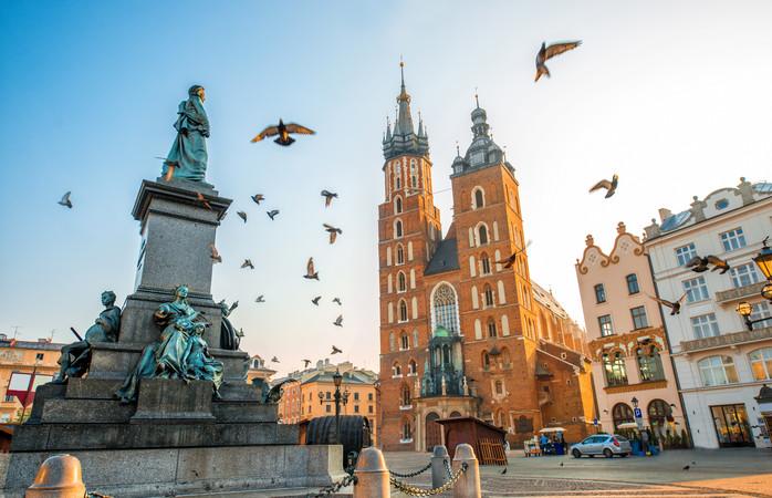 În Piața Centrală din Cracovia nu se duce lipsă de clădiri superbe, iar Bazilica Sfânta Maria este una dintre ele