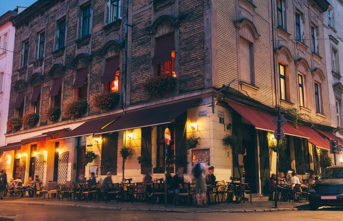 Cafenele îmbietoare aliniază străzile Cartierului Evreiesc din Cracovia