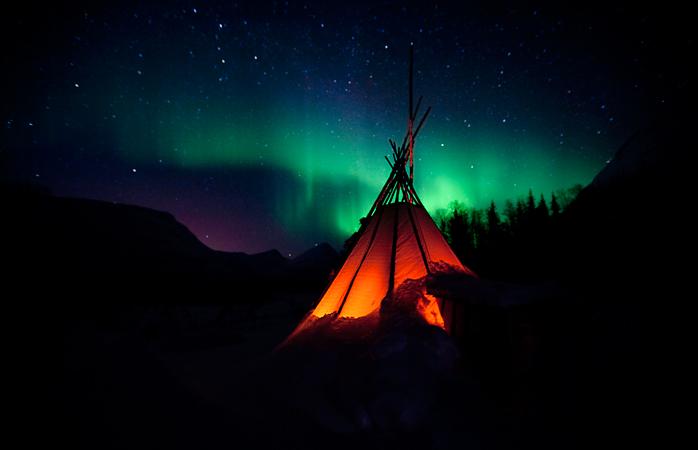 Un cort tipic norvegian sub Aurora Boreală.