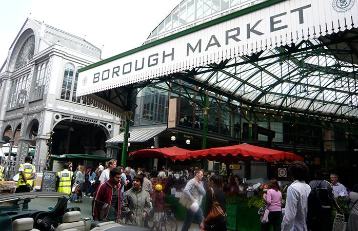 Londonezi la intrarea principală din Borough Market.