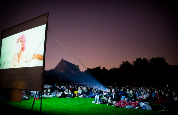"""La vizionarea filmulul Grease în timpul Festivalului """"New Cross and Deptford Free Film""""."""