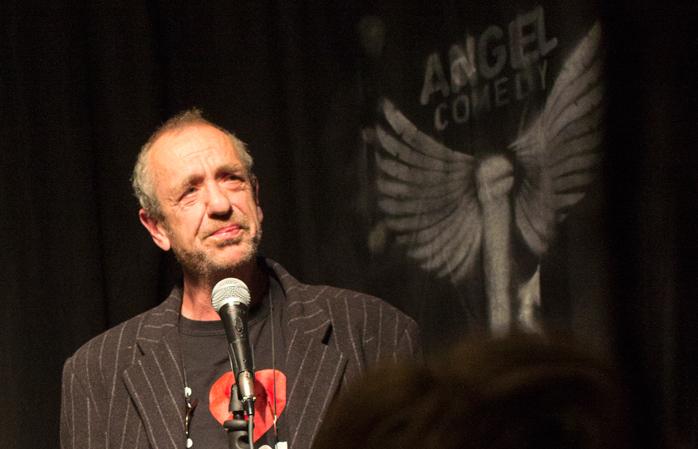 Actorul de comedie, Arthur Smith, la Angel Comedy Club.