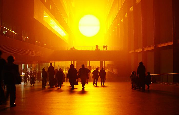 """Lumea la plimbare prin """"Proiectul vremii"""", creatia lui Olafur Eliasson ."""