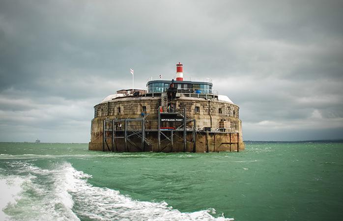Dacă Spitbank Fort nu te dă pe spate la prima vedere, așteaptă până te-aventurezi în interiorul de-un lux fără pereche
