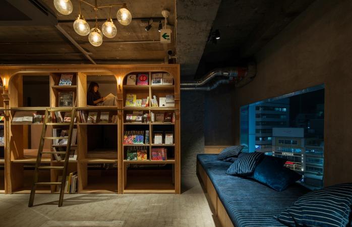 Dacă mai visezi uneori cu nostalgie la timpul de citit pe care îl aveai în liceu, hotelul Book and Bed din Tokyo o să te ungă pe suflet