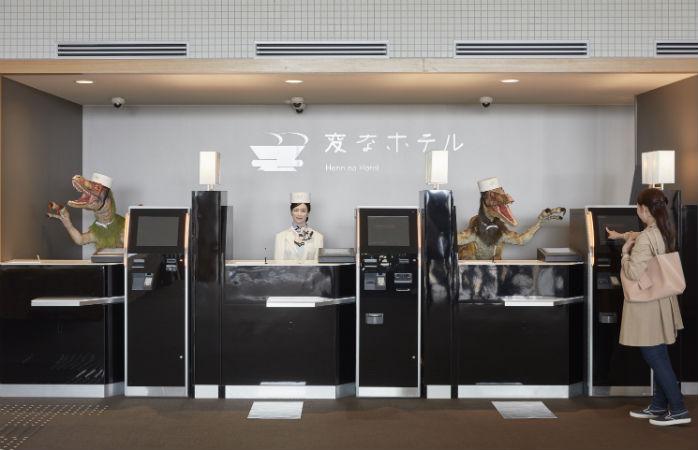 Roboții de la Hotelul Henn Na din Nagasaki îi vor da rușine cum nu se poate iPhone-ul de care ești atât de mândru. Cu tot cu comenzile lui vocale