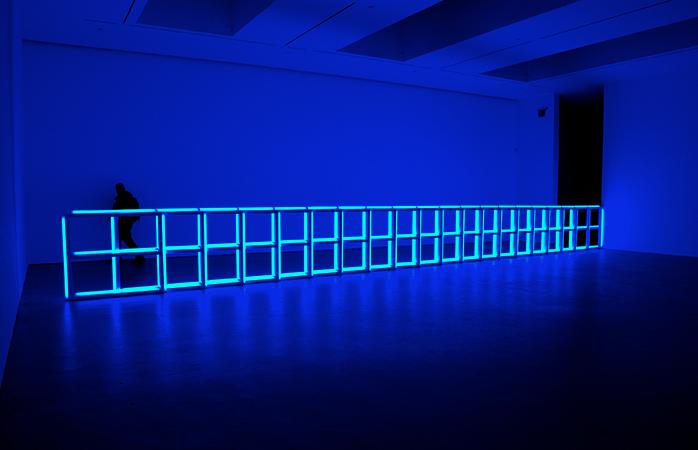 O piesă de artă, marca Dan Flaivin la Galeria David Zwirner din Chelsea, NYC.