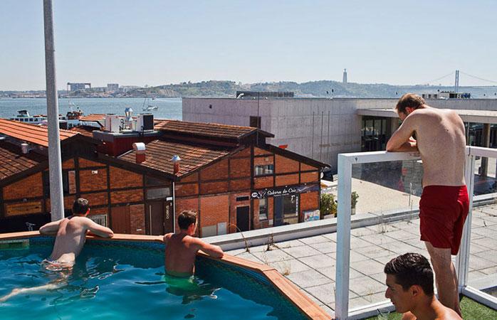 Sunset Destination, un hostel cu piscină și priveliște frumoasă!
