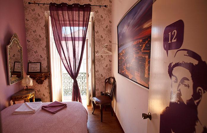 O cameră roz, mică, dar drăguță la hostelul Alfama Patio.