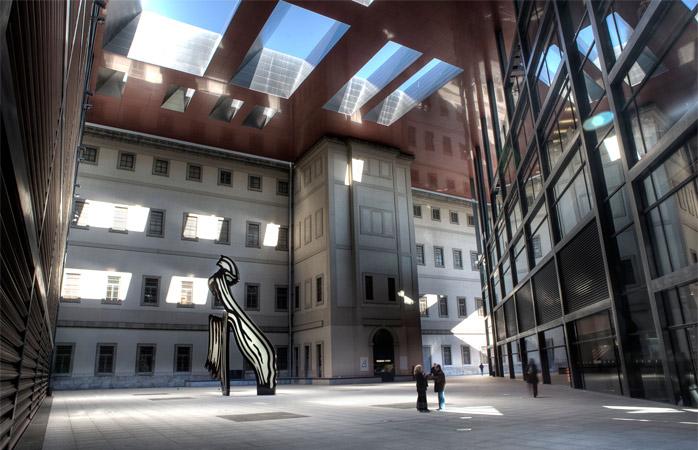 La Muzeul Național Reina Sofia găsești loc berechet unde să încingi conversații pompoase