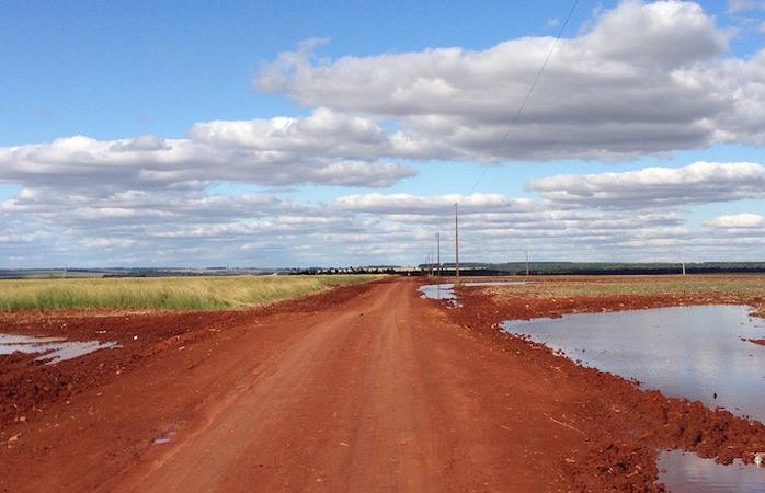 Câmpuri de soia și drumuri de culoarea cărămizii în Canindeyú, Paraguay