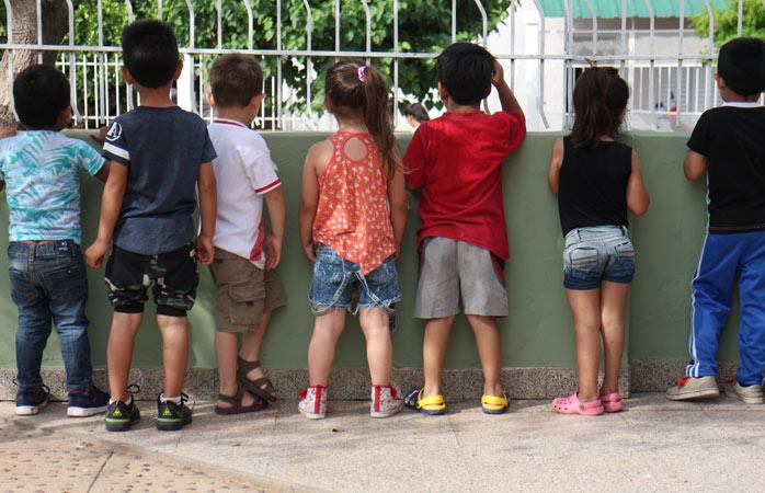 Curiozitatea de copil în cea mai pură formă a sa, la grădinița din Campo Largo, provincia Chaco din Argentina