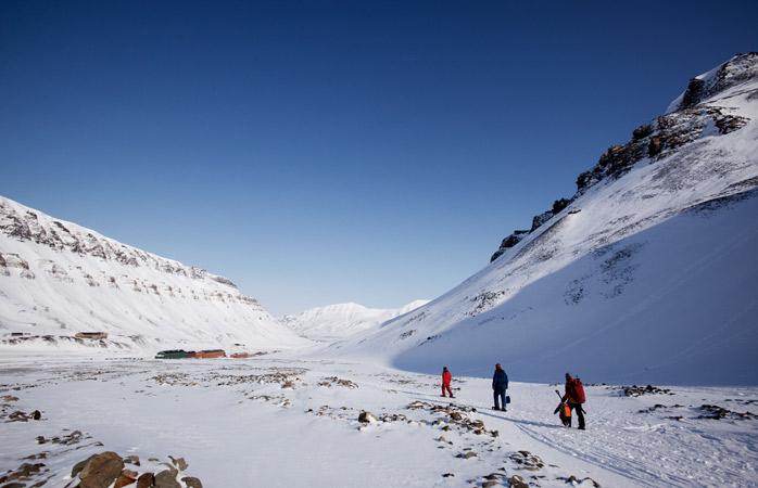 Puține locuri pe pământ sunt mai potrivite decât împrejurimile localității Longyearbyen pentru a o porni în drumeții, așteptându-te să vezi urși polari ce se ițesc după cine știe ce mormane de zăpadă