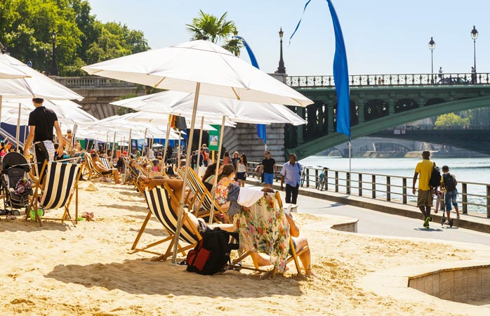 Mai spune STOP magazinelor scumpe de haine și cafenelelor ce împroașcă atmosfera cu miros delicios de croissant și dă fuga pe plaja din Paris