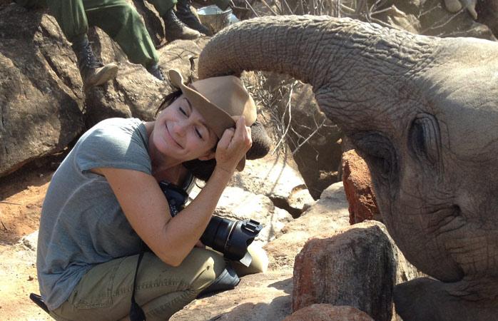 Ami, răsfățată de un elefant Shaba de la Sanctuarul Reteti Elephant din Kenya. Shaba a fost adusă aici cu elicopterul în 2016, după ce mama ei a fost împușcată de către braconieri