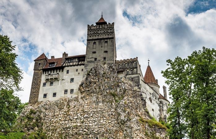 Castelul Bran (pentru români) sau Castelul Dracula (pentru străini). Al domnitorului Vlad Țepeș (pentru români), al vampirului transilvănean (pentru străini)