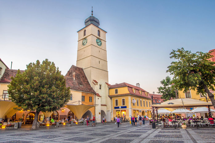 Piața Mare din Sibiu – lesne de închipuit unde se întâlnesc îndrăgostiții sibieni la început de idilă. Calcă-le pe urme, fă o plimbare agățat de o cafea și admiră arhitectura locului