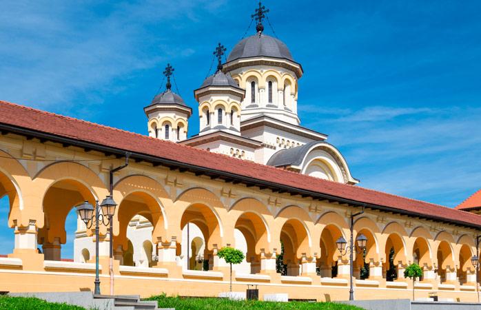 Dar știm că Alba Iulia nu se zgârcește când vine vorba să etaleze clădiri magnifice, cum ar fi această Catedrală a Încoronării