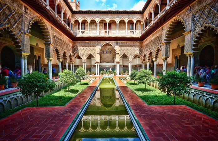 Palatul regal Alcázar din Sevilla este unul dintre cele mai rafinate exemple de arhitectură mudejar