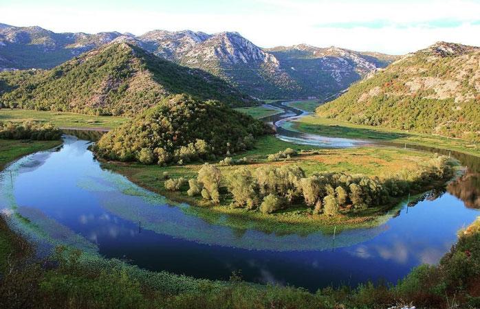 Lacul Skadar se împarte (nu tocmai frățește) între Muntenegru și Albania și nu-i o experiență căreia să-i întorci spatele © _living.the.dreams_