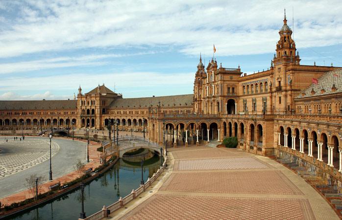 Plaza España are dimensiunea a cinci terenuri de fotbal și este unul dintre cele mai impresionante spații sevillane