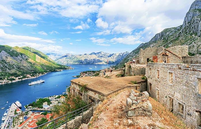 Urcă pe delușoare, treci de ruine și urmează drumul ce duce la Castelului lui San Giovanni. De ce? Pentru priveliși deasupra golfului, de-ți taie răsuflarea