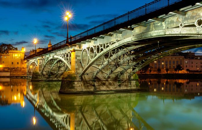 Podul Isabel II Bridge este cel care leagă orașul de Triana, cartierul colorat și înțesat de tapas