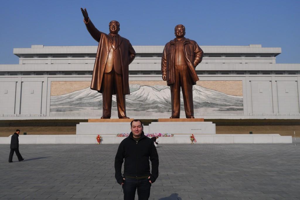 Alături de Kim Il-sung și Kim Jong-il