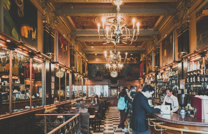 Café a Brasileira este un loc elegant, plin de istorie. Da, nici aici nu vei scăpa de imaginea irezistibilă a păcătoaselor pasteis de nata