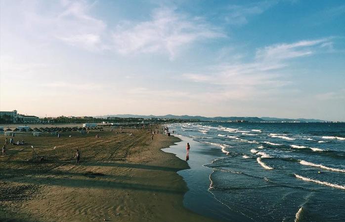Începe-ți cea dintâi zi pe plaja din El Cabanyal și gustă din viața norocoșilor care s-au născut la malul mării
