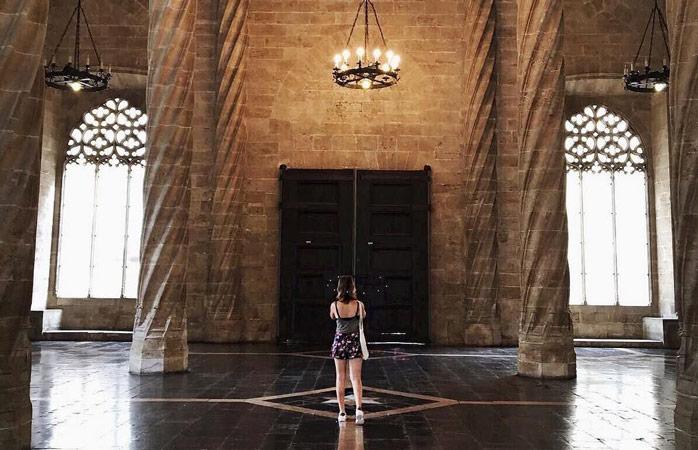Interiorul clădirii Lonja de la Seda sau Sala de Contratacion ce respiră somptuozitate, unde negustorii își negociau contractele