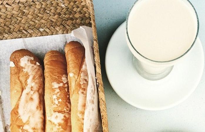 Nu pleca de pe acest pământ iberic fără să fi gustat horchata cu fartons – un soi de lapte din cerealele ce cresc numai aici și se cunosc sub numele de chufas, alături de niște bunătăți de cofetărie
