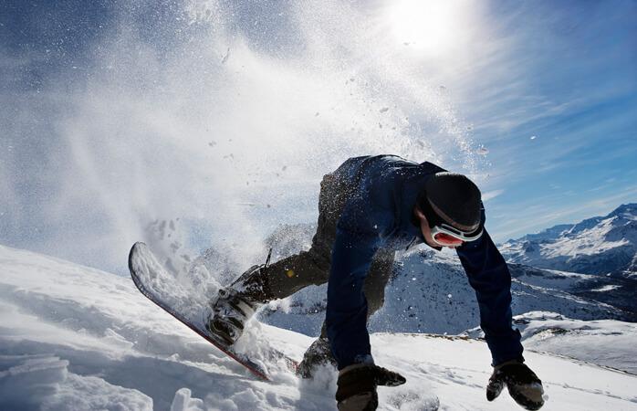 Când îți pierzi echilibrul încercând să cobori pe panta înghețată cu placa de snowboard