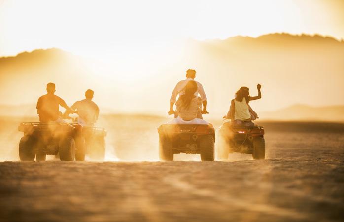 Într-o cursă cu ATV-urile în deșert. Între prieteni.