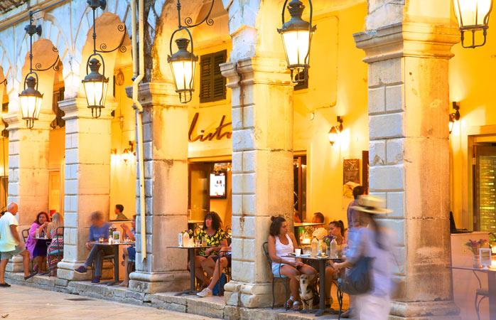Piaţa Spianada, dupp-amiezi târzii şi o băutură răcoritoare, în Corfu