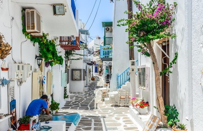 Lasă-ţi problemele acasă şi vino să te pierzi pe străduţele din Paros