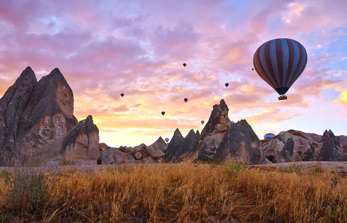 Cum ar fi să îți începi ziua urmărind un balon cu aer cald care plutește pe deasupra Cappadociei?