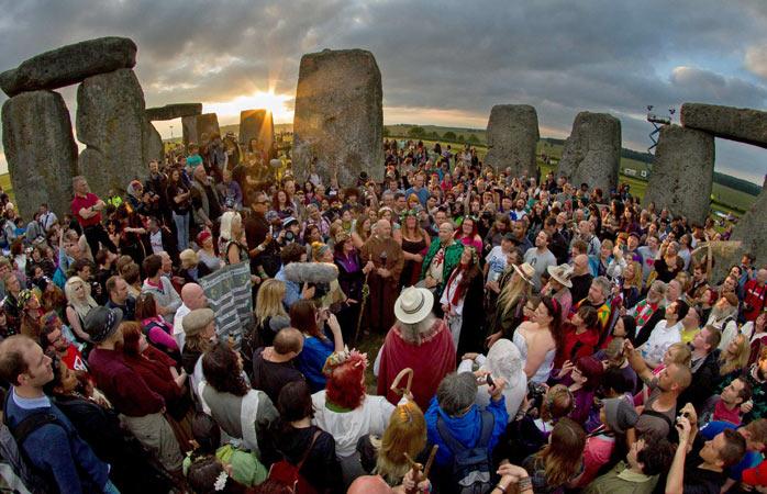 Druizi și păgâni sărbătoresc cot la cot solstițiul de vară la Stonehenge