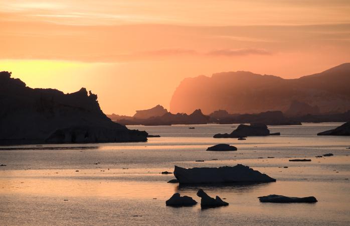 Doar tu, ghețarii plutitori și cel mai tăcut răsărit în Antarctic Sound