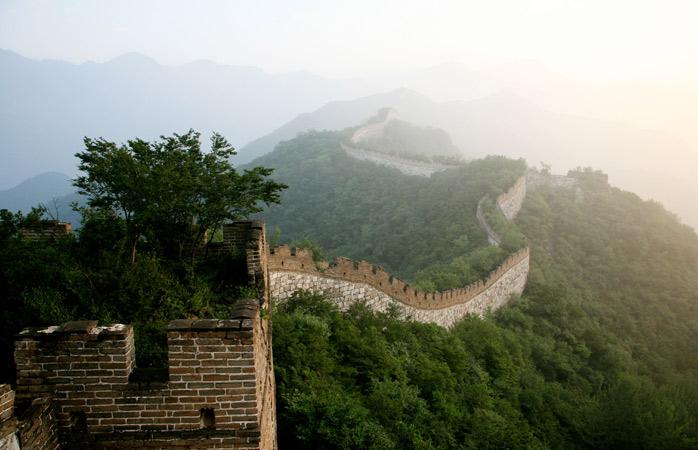 Priveliștea de deasupra norilor de dimineață scoate la iveală porțiunea de Zid Chinezesc Jiankou