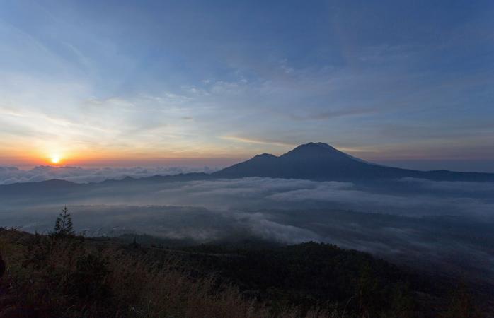 Muntele Batur – abia-abia dacă trage cu ochiul la răsărit de după cortina de nori