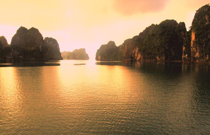 Umbrele se joacă de-a v-ați ascunselea în Ha Long Bay