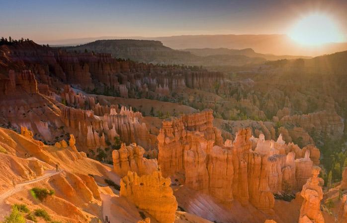Surprinde primele raze ale soarelui de după stâncile Canionului Bryce