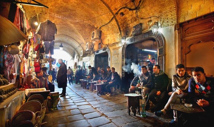 Turiști prin bazarul Medina din Tunis.