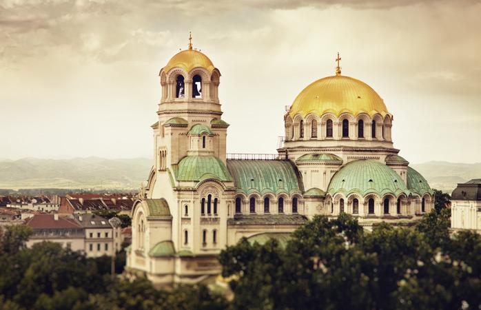 Cupolele catedralei Alexander Nevsky strălucesc gratuit în bătaia soarelui bulgăresc de iarnă