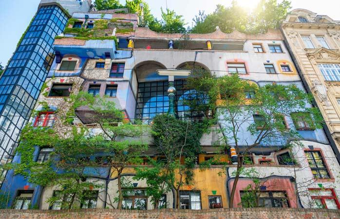 Îți prezentăm Casa Hundertwasser, construită între 1983 și '85, unde numărul copacilor (200) depășește degajat numărul apartamentelor