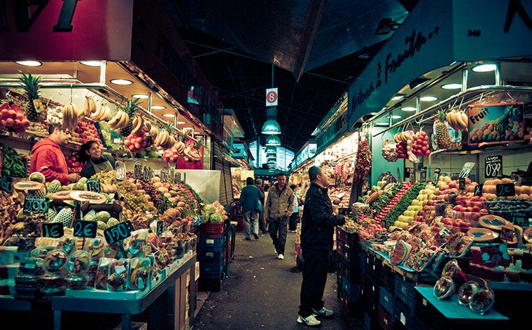 Un rând de standuri la piața La Boqueria din Barcelona.