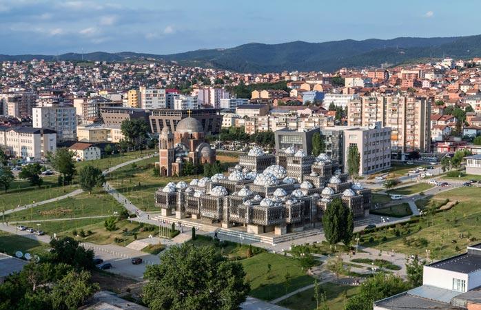 Asta ai înțelege dacă, pasăre fiind, ți-ai face veacul deasupra Librăriei Naționale din Kosovo