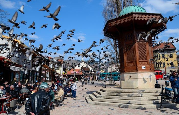 Fântâna Sebeilj din Sarajevo și-a însușit rolul de simbol al centrului istoric otoman, Baščaršija (probabil nici nu tu ai rezistat ispitei de a încerca să îl pronunți)