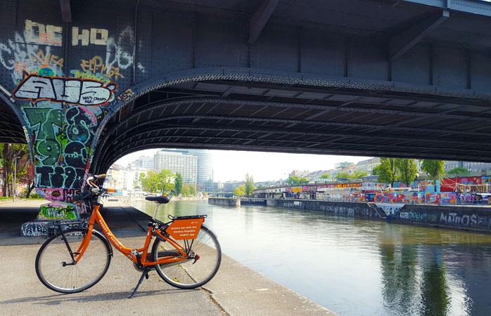 (chiar dacă ești în străinătate...) Leagă-ți bine bicicleta și sari într-o barcă să te plimbe în lungul și-n latul Vienei